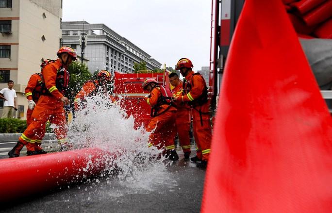 Những hình ảnh đáng quên sau lũ lụt kinh khủng ở Trung Quốc - Ảnh 2.