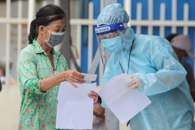 Ngày đầu triển khai tiêm đại trà hơn 930.000 liều vắc-xin ngừa Covid-19 tại TP HCM  - Ảnh 3.
