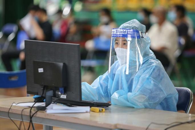 Ngày đầu triển khai tiêm đại trà hơn 930.000 liều vắc-xin ngừa Covid-19 tại TP HCM  - Ảnh 11.