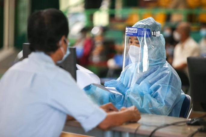 Ngày đầu triển khai tiêm đại trà hơn 930.000 liều vắc-xin ngừa Covid-19 tại TP HCM  - Ảnh 6.