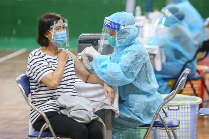 Ngày đầu triển khai tiêm đại trà hơn 930.000 liều vắc-xin ngừa Covid-19 tại TP HCM  - Ảnh 7.
