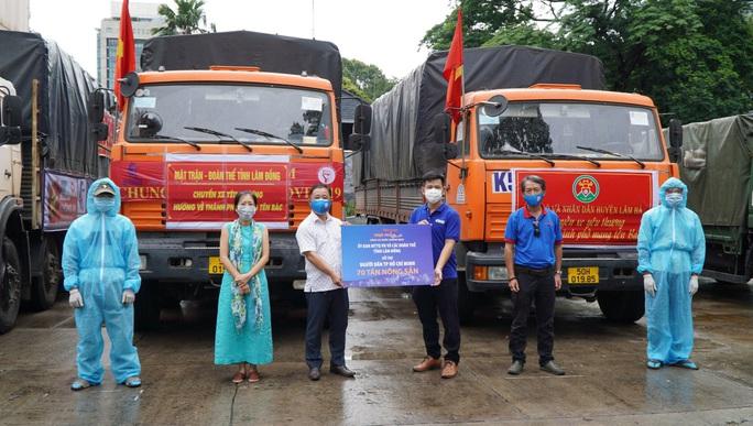 Nông sản từ Lâm Đồng đi xuyên đêm về tặng người dân TP HCM - Ảnh 1.