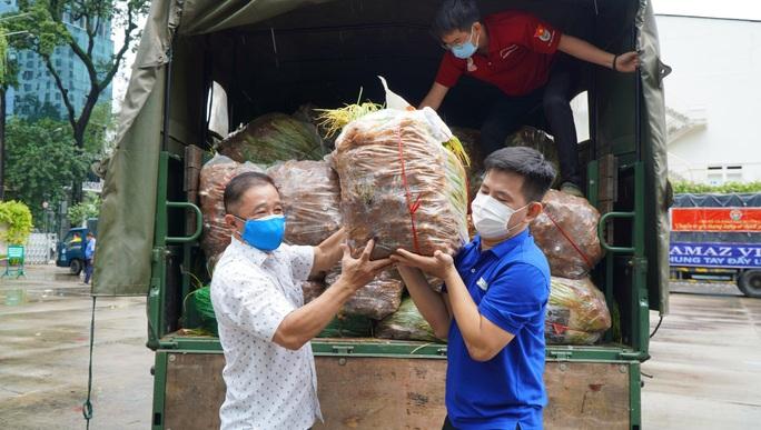 Nông sản từ Lâm Đồng đi xuyên đêm về tặng người dân TP HCM - Ảnh 7.
