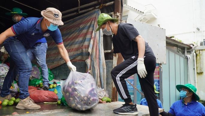Nông sản từ Lâm Đồng đi xuyên đêm về tặng người dân TP HCM - Ảnh 6.