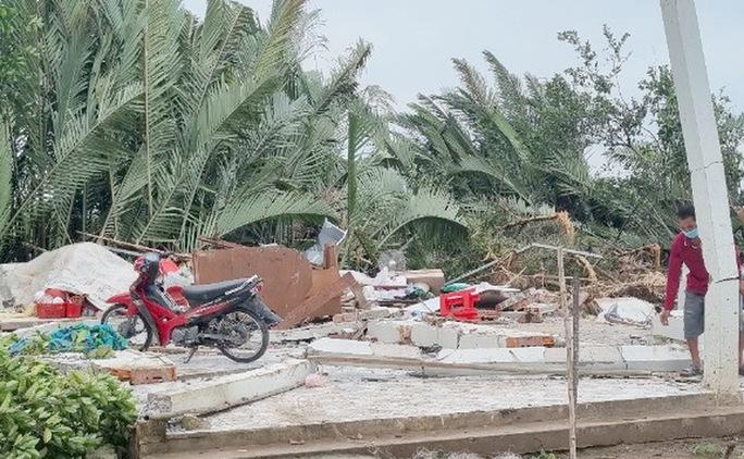 Hơn chục người bị thương sau cơn lốc xoáy - Ảnh 2.