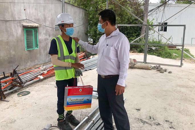 Phó chủ tịch phường Trần Lê Hữu Thọ xin lỗi nam công nhân đi mua bánh mì - Ảnh 1.