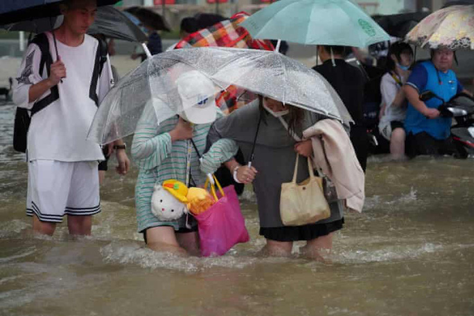 Trung Quốc: Thót tim cảnh người phụ nữ giành giật mạng sống trong nước lũ - Ảnh 4.