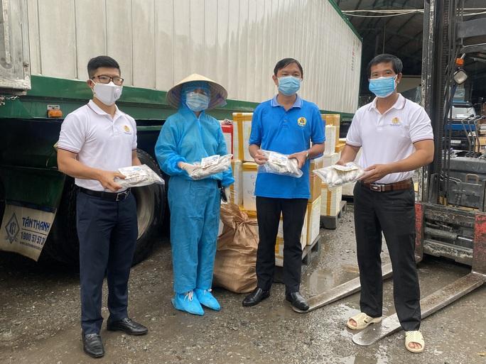 Quảng Bình góp 27,5 tấn tôm cá cùng công nhân TP HCM chống dịch - Ảnh 2.