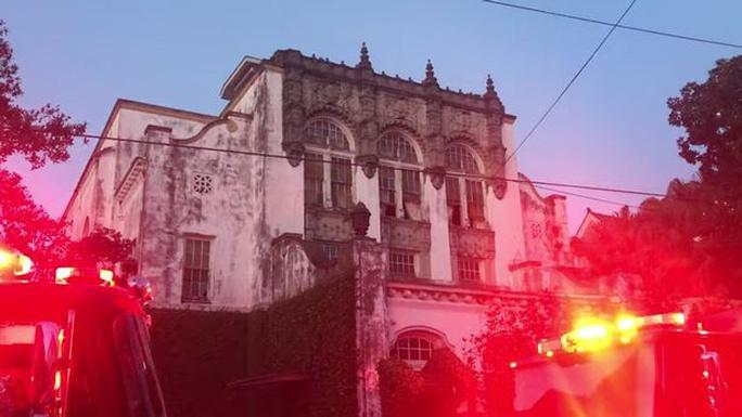 Biệt thự cổ của nữ danh ca Beyonce bị cháy - Ảnh 1.
