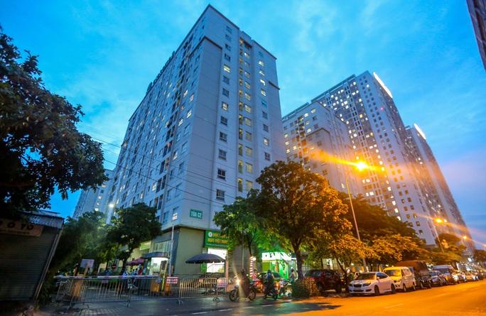 CLIP: Phong toả 2 toà chung cư với hơn 4.000 cư dân liên quan 3 ca dương tính SARS-CoV-2 - Ảnh 2.