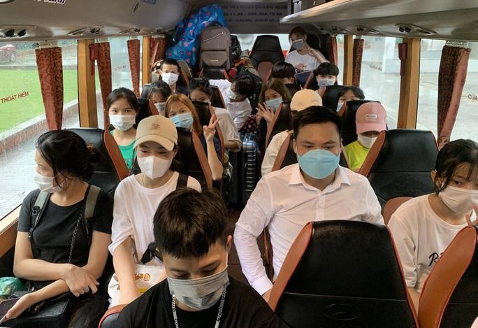 CLIP: Hàng  trăm  sinh viên đội mưa chuyển đồ, nhường chỗ làm khu cách ly - Ảnh 10.