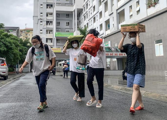 CLIP: Hàng  trăm  sinh viên đội mưa chuyển đồ, nhường chỗ làm khu cách ly - Ảnh 6.