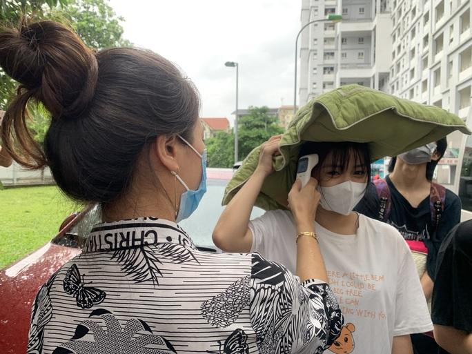 CLIP: Hàng  trăm  sinh viên đội mưa chuyển đồ, nhường chỗ làm khu cách ly - Ảnh 8.