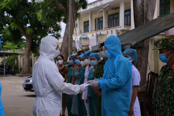 Chủ tịch Quảng Nam thăm bà con đồng hương vừa được đón về quê - Ảnh 2.