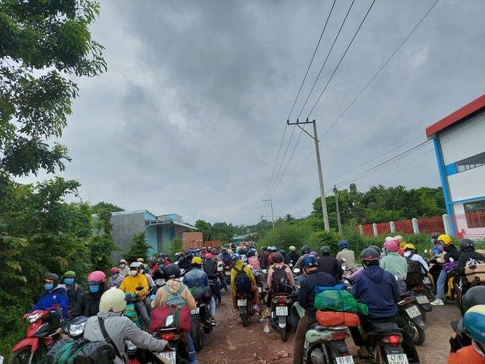 Đắk Nông điều xe dẫn đường cho người dân chạy xe máy về quê - Ảnh 4.