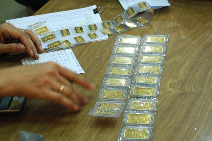 Giá vàng hôm nay 24-7: Giảm về mức cản 1.800 USD/ounce - Ảnh 1.