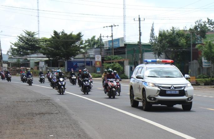 Đắk Nông điều xe dẫn đường cho người dân chạy xe máy về quê - Ảnh 1.