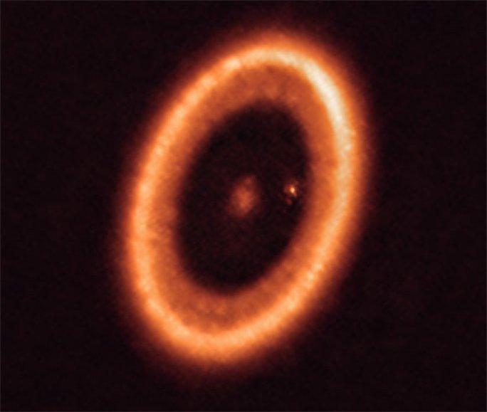 Lần đầu phát hiện một hành tinh sơ sinh đang... sinh con - Ảnh 2.