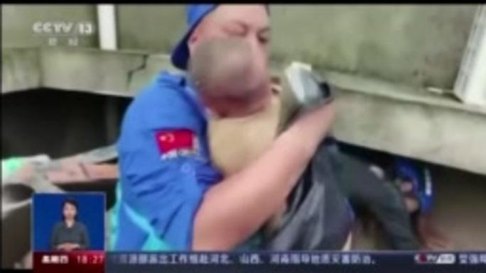 Trung Quốc: Người mẹ chết cứng khi cứu con khỏi sạt lở - Ảnh 3.