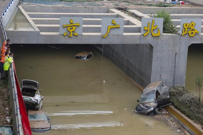 Bi kịch bên trong đường hầm Trung Quốc bị mưa lũ nhấn chìm - Ảnh 1.