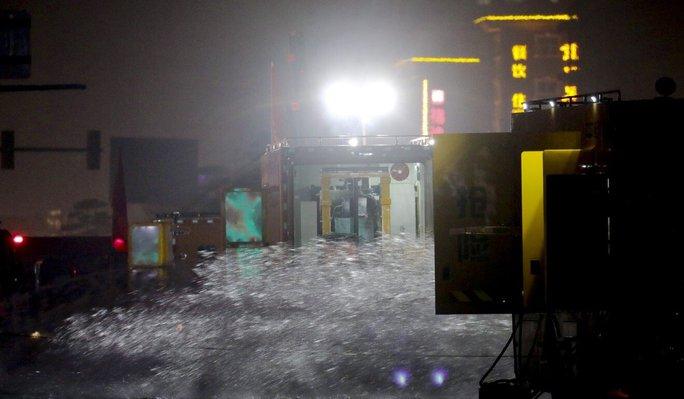 Bi kịch bên trong đường hầm Trung Quốc bị mưa lũ nhấn chìm - Ảnh 2.