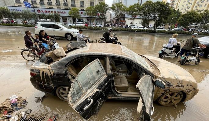 Bi kịch bên trong đường hầm Trung Quốc bị mưa lũ nhấn chìm - Ảnh 3.