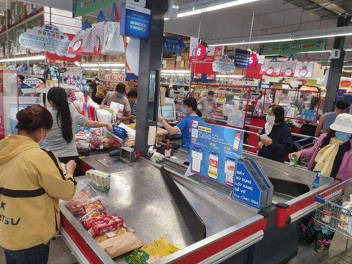 Khánh Hòa: Tạm ngừng hoạt động chợ truyền thống, dân đổ xô đi siêu thị gom hàng - Ảnh 1.