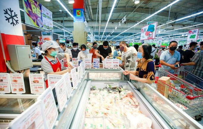 """CLIP: """"Đột nhập"""" siêu thị xem nguồn hàng trong ngày giãn cách xã hội - Ảnh 6."""