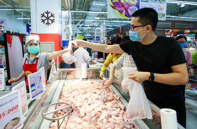 """CLIP: """"Đột nhập"""" siêu thị xem nguồn hàng trong ngày giãn cách xã hội - Ảnh 15."""