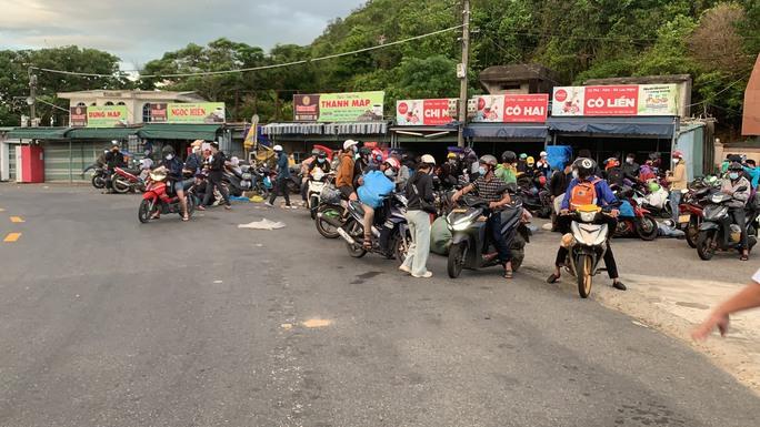 Huế - Đà Nẵng: CSGT hộ tống những người về từ TP HCM bằng xe máy - Ảnh 3.