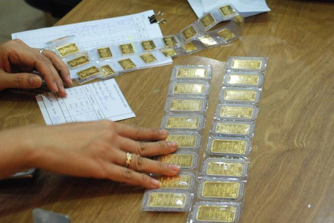 Giá vàng hôm nay 25-7: Giá vàng sẽ bị bán tháo? - Ảnh 1.