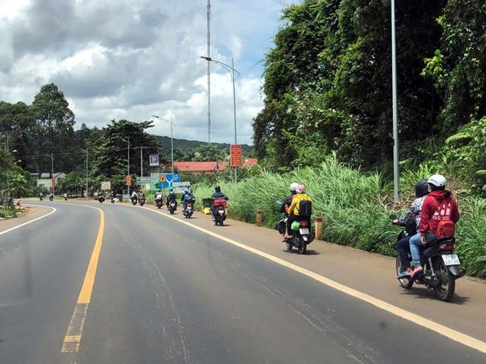 Xe CSGT dẫn đường đưa công nhân từ TP HCM về quê - Ảnh 4.