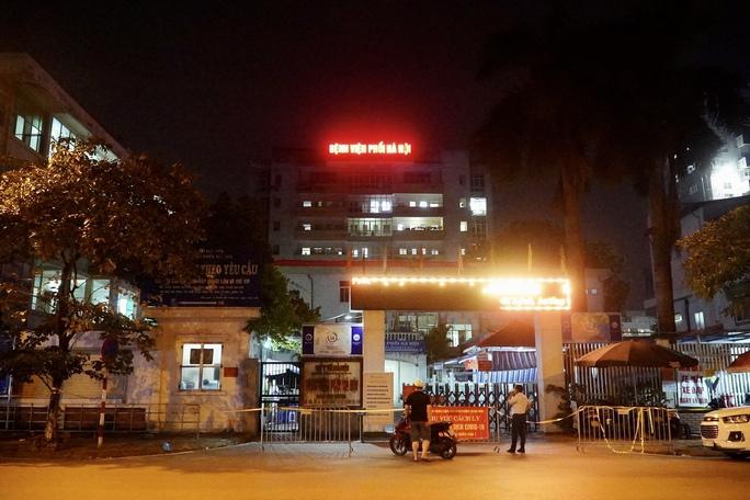 CLIP: Phong toả Bệnh viện phổi Hà Nội sau khi có chùm ca dương tính SARS-CoV-2 - Ảnh 2.