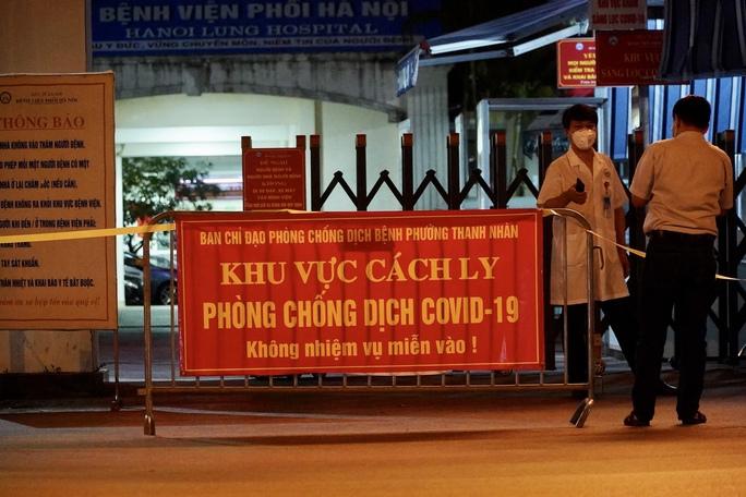 CLIP: Phong toả Bệnh viện phổi Hà Nội sau khi có chùm ca dương tính SARS-CoV-2 - Ảnh 7.