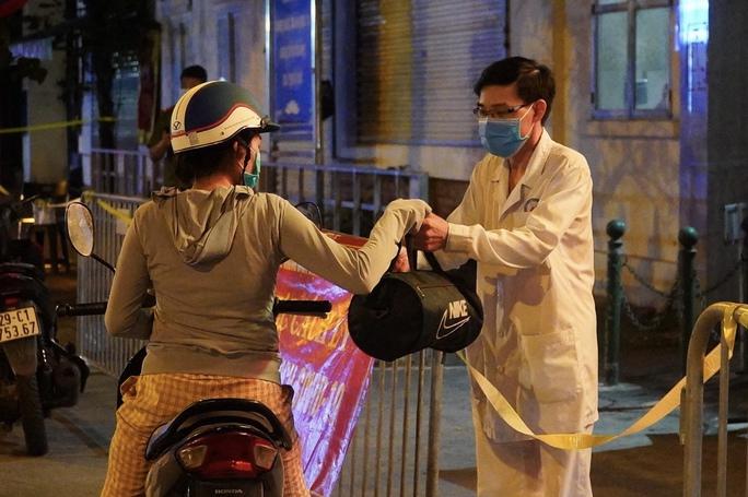 CLIP: Phong toả Bệnh viện phổi Hà Nội sau khi có chùm ca dương tính SARS-CoV-2 - Ảnh 4.