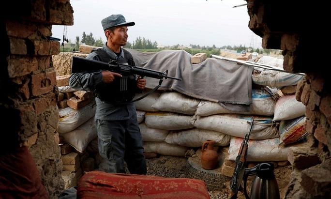 Nga đổ bê-tông ở biên giới Afghanistan - Ảnh 1.