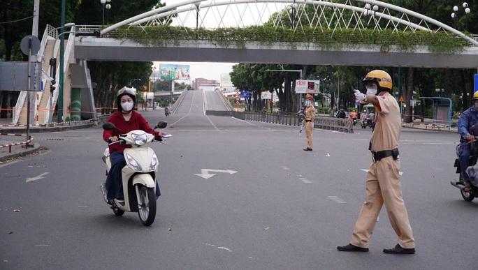 CLIP: Cận cảnh đường phố TP HCM vắng bóng người, chốt chặn kiểm soát nhiều nơi tối 26-7 - Ảnh 14.