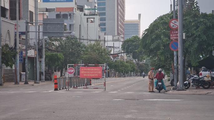 CLIP: Cận cảnh đường phố TP HCM vắng bóng người, chốt chặn kiểm soát nhiều nơi tối 26-7 - Ảnh 6.