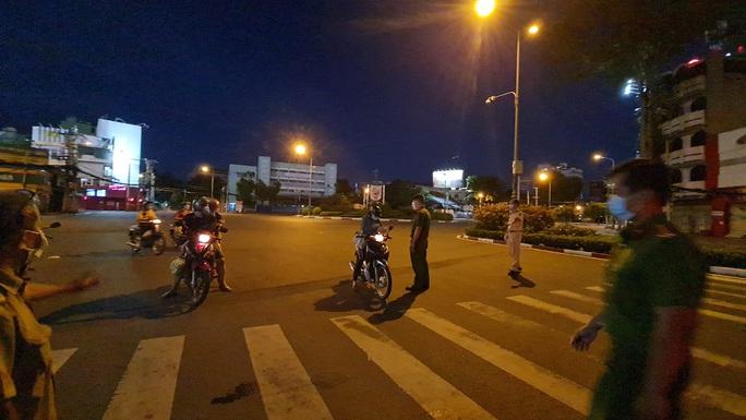 CLIP: Cận cảnh đường phố TP HCM vắng bóng người, chốt chặn kiểm soát nhiều nơi tối 26-7 - Ảnh 7.