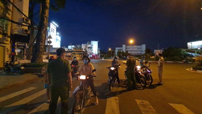 CLIP: Cận cảnh đường phố TP HCM vắng bóng người, chốt chặn kiểm soát nhiều nơi tối 26-7 - Ảnh 4.