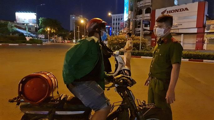 CLIP: Cận cảnh đường phố TP HCM vắng bóng người, chốt chặn kiểm soát nhiều nơi tối 26-7 - Ảnh 3.