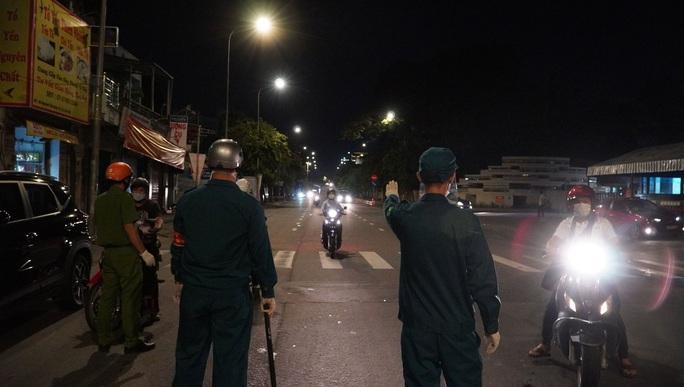CLIP: Cận cảnh đường phố TP HCM vắng bóng người, chốt chặn kiểm soát nhiều nơi tối 26-7 - Ảnh 15.