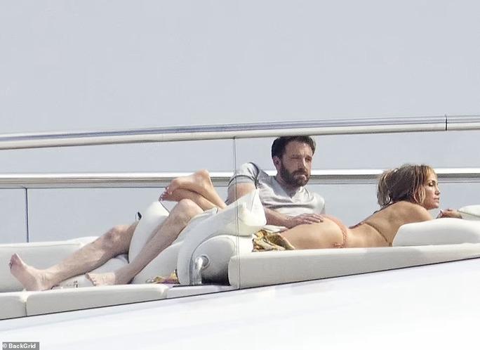 Jennifer Lopez - Ben Affleck tình tứ trên du thuyền - Ảnh 1.