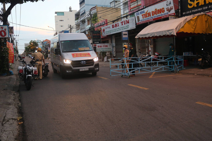 CLIP: Cận cảnh đường phố TP HCM vắng bóng người, chốt chặn kiểm soát nhiều nơi tối 26-7 - Ảnh 13.