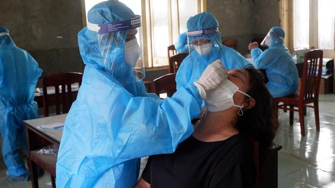 Nguyên dàn cán bộ, nhân viên một Trạm Y tế ở Bình Định cùng mắc Covid-19 - Ảnh 2.