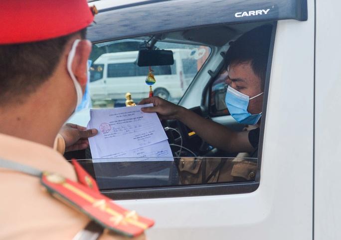CLIP: Chờ giấy tờ luồng xanh, tài xế ăn mì tôm 2 ngày chờ qua chốt - Ảnh 9.