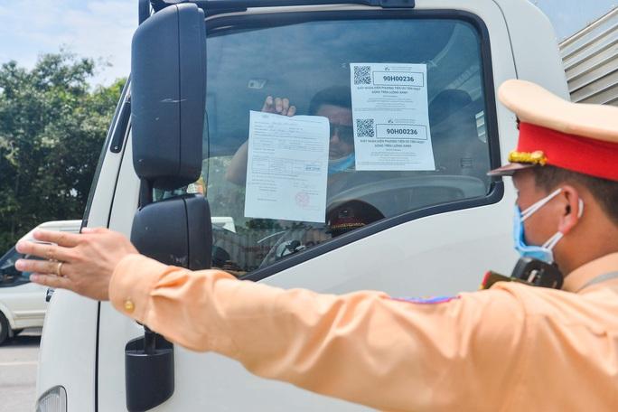 CLIP: Chờ giấy tờ luồng xanh, tài xế ăn mì tôm 2 ngày chờ qua chốt - Ảnh 11.