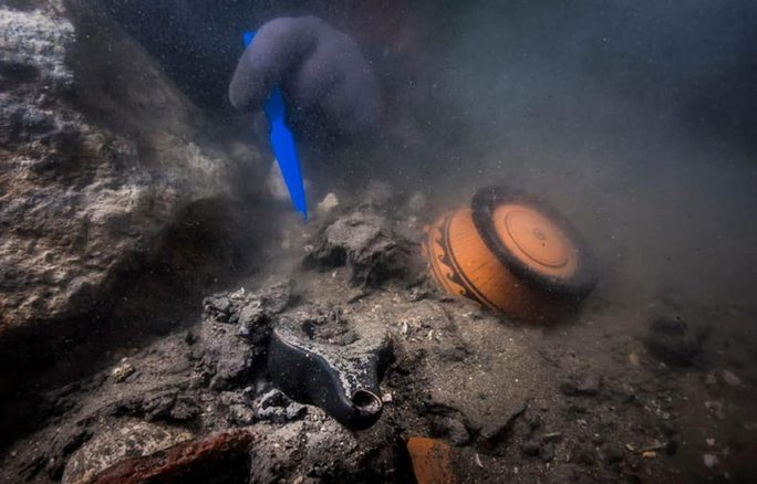 Tàu ma 2.200 năm xuất hiện nguyên vẹn giữa thành phố bị nuốt chửng - Ảnh 1.