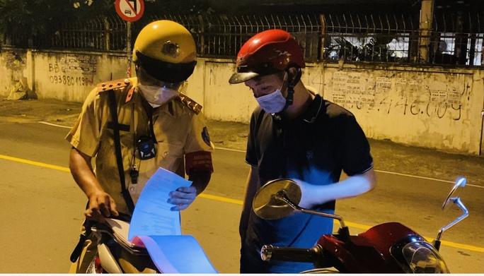 CLIP: Ra đường sau 18 giờ, nam thanh niên phân bua mang thuốc cho bạn gái bị ốm - Ảnh 3.
