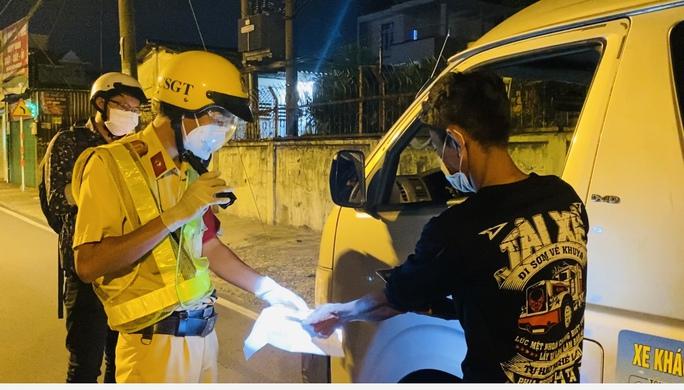 CLIP: Ra đường sau 18 giờ, nam thanh niên phân bua mang thuốc cho bạn gái bị ốm - Ảnh 2.